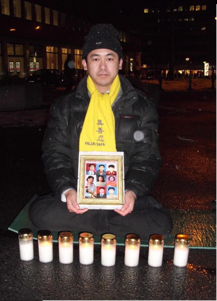 Guo Jufeng participând la un protest Falun Gong în Germania, unde locuieşte acum, după fuga sa din China din cauza persecuţiilor politice
