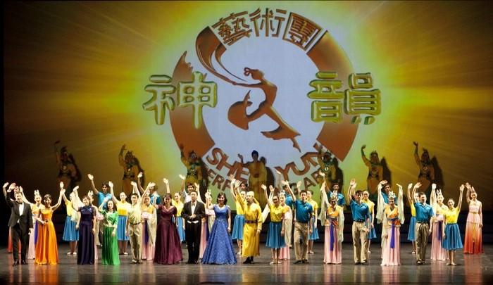 Artiştii companiei de dans Shen Yun la sfârşitul spectacolului din Hamilton, 13 ianuarie 2013
