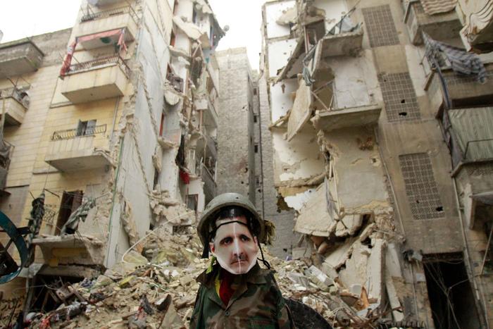 O momâie îmbrăcată în uniformă militară, aluzie la dictatorul sirian Bashar al-Assad.