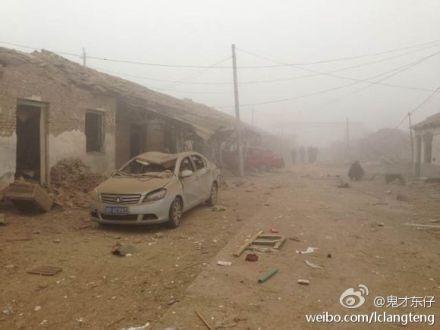 Clădiri rezidenţiale şi maşini distruse după explozie