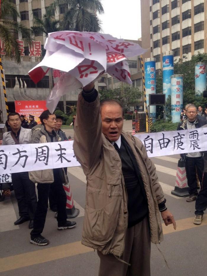Demonstranţii afişează bannere şi postere pentru a sprijini jurnaliştii de la ziarul Săptămânalul de Sud în apropierea birourilor companiei din Guangzhou, în provincia Guangdong din sudul Chinei, la 8 ianuarie 2013.