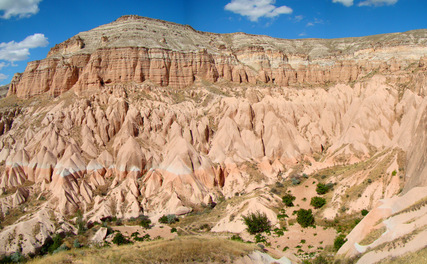 O panoramă a muntelui Aktepe, situat în nord-estul oraşului Göreme în Capadocia, Turcia centrală.