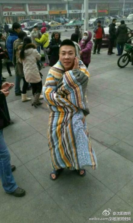 În timpul cutremurului, un tânăr speriat din Shenyang a fugit de la etajul 21 al clădirii sale rezidenţiale până la parter într-un singur minut, cu o pătură înfăşurat în jurul lui.