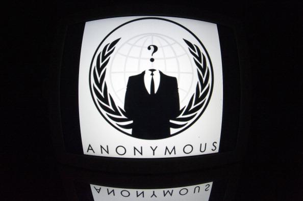 """Logo-ul """"Anonymous"""" este vazut pe o tabletă, 4 decembrie 2012 în Paris."""