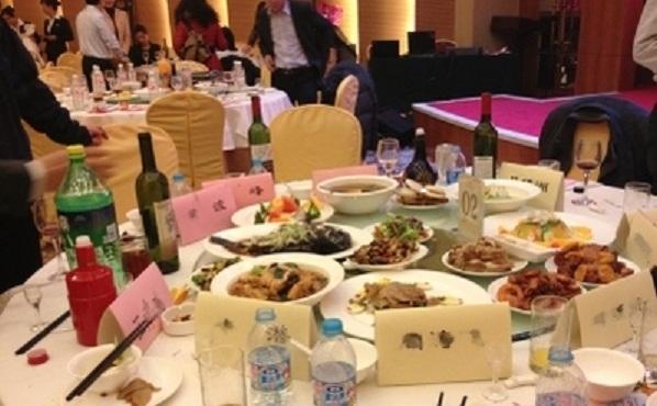 La un restaurant oficial Gansu din Beijing, la 25 ianuarie, cadrele care  tocmai au terminat un banchet au plecat lăsând platouri încă pline cu  mâncare.