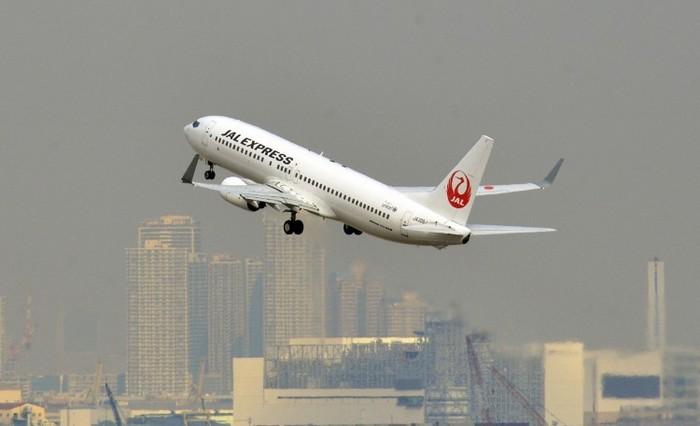 Avion aparţinând companiei Japan Airlines decolează de pe aeroportul Haneda din Tokyo, 4 februarie 2013. Japonia a fost afectată de un val de poluare despre care se crede că provine din China