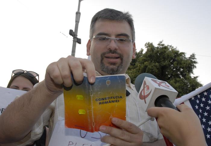 Manifestant cu Constituţia României în mână