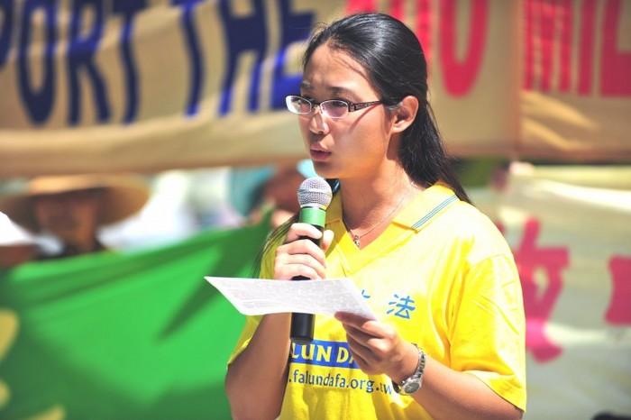 Sonia Zhao ţine un discurs despre persecutarea practicanţilor Falun Gong în China la un miting în Toronto în august 2011. Zhao, fostă instructoare la Institutul Confucius din cadrul Universităţii McMaster, a trebuit să semneze, înainte de a se alătura institutului, o declaraţie pe când se afla în China prin care promitea să nu practice Falun Gong. McMaster a decis acum să închida institutul datorită practicilor sale de angajare.