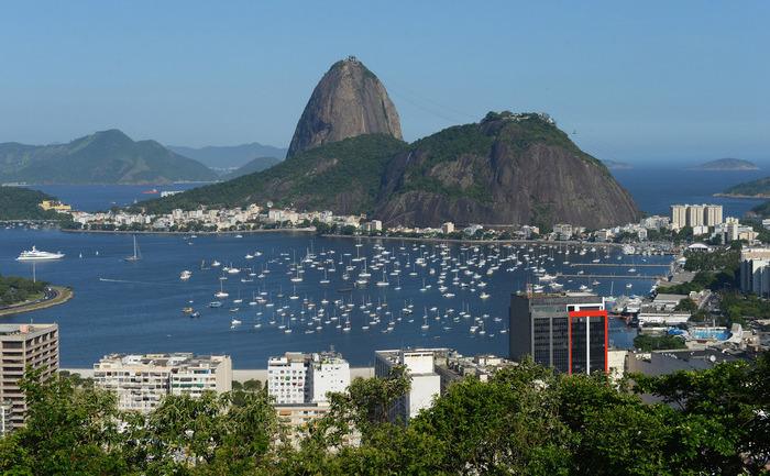 """Fabuloasa stâncă de granit """"Pao de Acucar"""", care în traducere înseamnă """"pâine din zahăr"""", Rio de Janeiro, Brazilia"""