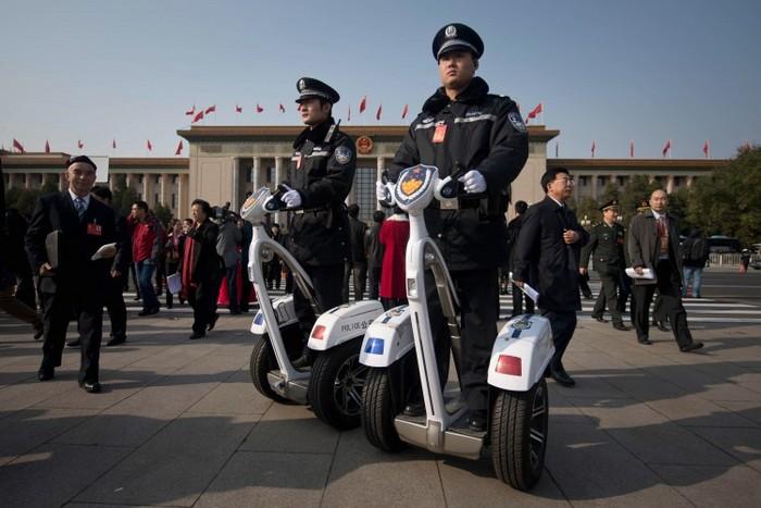 Poliţişti care stau în faţa Marii Săli a Poporului din Beijing.