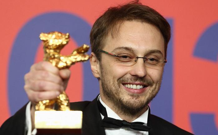 """Regizorul Călin Peter Netzer, prezentând premiul Ursul de aur, câştigat pentru Cel mai bun film la Festivalul de la Berlin 2013, cu pelicula """"Poziţia copilului""""."""