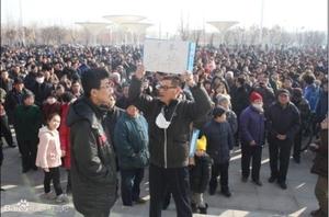 Mii de locuitori din zona Xianhe, oraşul Dongying, provincia Shandong, s-au adunat în faţa primăriei pentru a protesta faţă de scurgerile de gaz toxic, din 23 februarie, de la o uzină chimică locală.