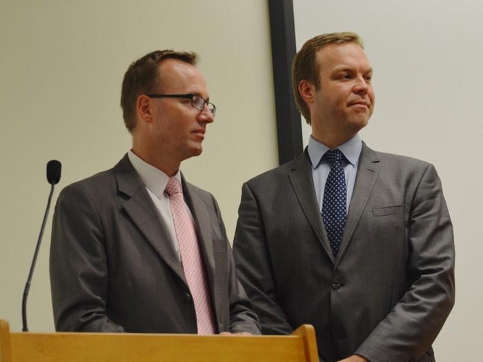 Parlamentarii Jamie Parker (D) şi David Shoebridge în Parlament după o dezbatere despre recoltarea de organe şi practicile de abuz de transplant în China