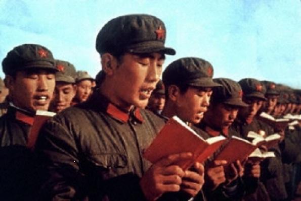 """Marea Revoluţie Culturală - un crunt macel ordonat de Mao, care a durat  circa 10 ani. Revolutia Culturala a fost perioada în care """"Soarele  devenise foarte roşu"""", în timp ce lumea """"devenise mai întunecată"""".  Chinezi adunati pentru a studia """"Cartea Rosie"""" a lui Mao."""