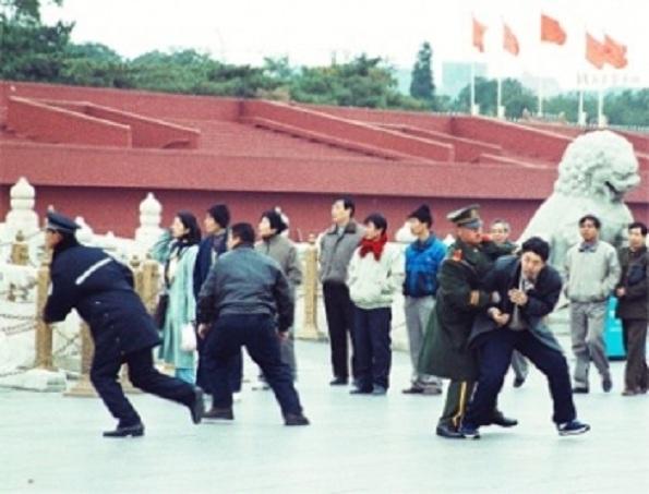 Tirania surprinsă de aparatul foto: poliţişti în uniformă şi în civil  arestează aproximativ 10 practicanţi Falun Gong care au venit în Piaţa  Tiananmen pentru a face apel paşnic împotriva persecuţiei - 9 noiembrie  2000.
