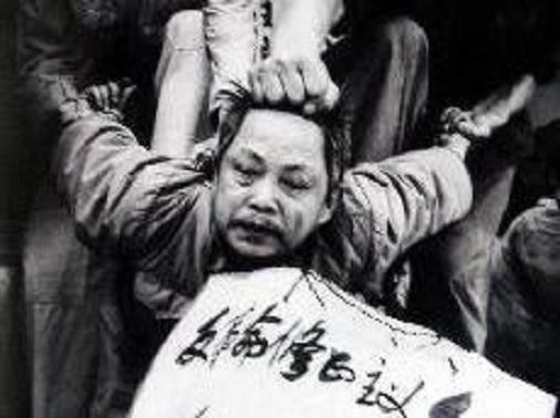 """Mărturie foto înfăţişând pedepsirea şi denunţarea unui """"contrarevoluţionar"""" de către activişti PCC"""
