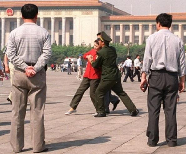 Arestarea unor practicanţi Falun Gong care fac apel în Piaţa Tiananmen, 11 mai 2000.