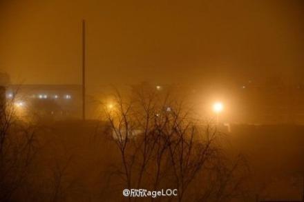 Recent Beijingul a fost acoperit de smog şi de nisip.