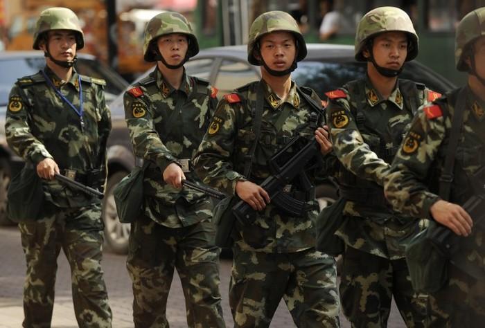Poliţia paramilitară chineză patrulează pe o stradă din Urumqi, capitala regiunii Xinjiang din China, la 4 iulie 2010.