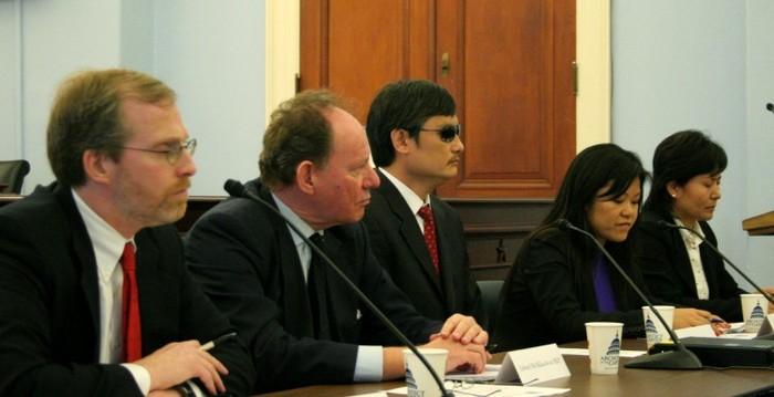 Activistul orb pentru drepturile omului Chen Guangcheng şi Geng He soţia avocatului pentru drepturile omului Gao Zhisheng, discută despre provocările în China. (S la D), David Kramer, Freedom House, Edward McMillan-Scott, vicepreşedinte al Parlamentului European, Chen, traducătorul şi Geng He.