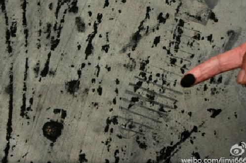 Pe deget se află praf de cărbune negru, care a intrat în ase.