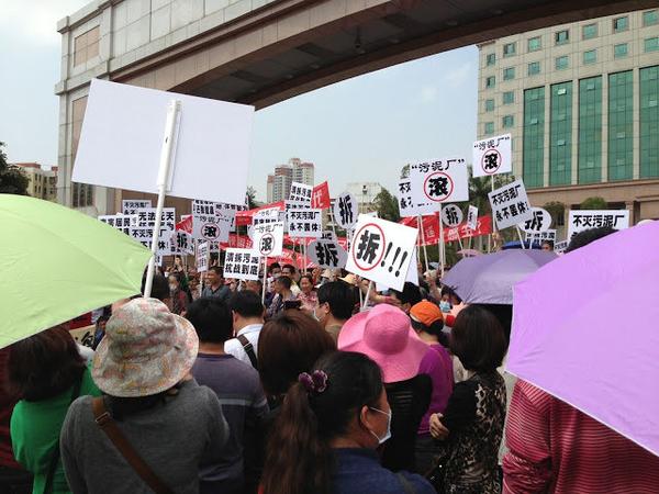 Mii de oameni s-au adunat în faţa clădirii guvernului municipal din Districtul Bao'an din oraşul Shenzhen, provincia Guangdong blocând drumul naţional pentru a protesta faţă de mirosul neplăcut emis de către o instalaţie de tratare a apelor murdare din apropiere