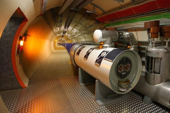 Tunelul Large Hadron Collider (LHC) la centrul pentru vizitatori al CERN, Geneva-Meyrin, Elveţia.