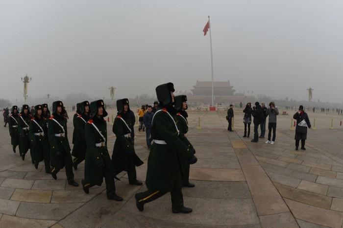 Membri ai poliţiei militare chineze mărşăluiesc în Piaţa Tiananmen din Beijing, 30 ianuarie 2013.
