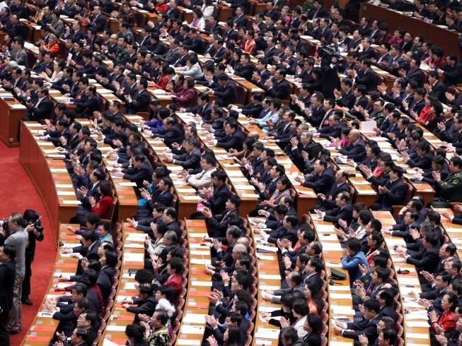 Delegaţii participă la sesiunea de închidere a Congresului Naţional al Poporului, în Marea Sală a Poporului, la 17 martie, la Beijing. În remanierea recentă a Consiliului de Stat, noua conducere a lui Xi Jinping a preluat controlul asupra procesului de numire, aducând proprii suporteri şi în acelaşi timp prevenind intrarea unor noi aliaţi ai fostul lider al Partidului Jiang Zemin.