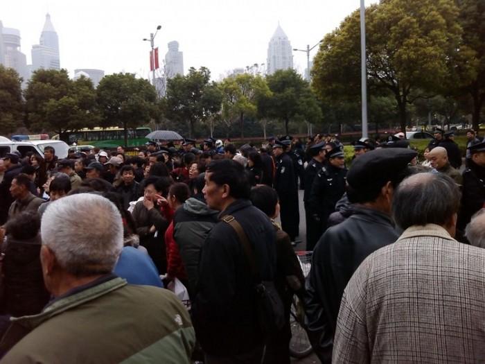 În 20 martie, aproximativ 20.000 de manifestanţi s-au adunat în faţa clădirii guvernului municipal din Shanghai.