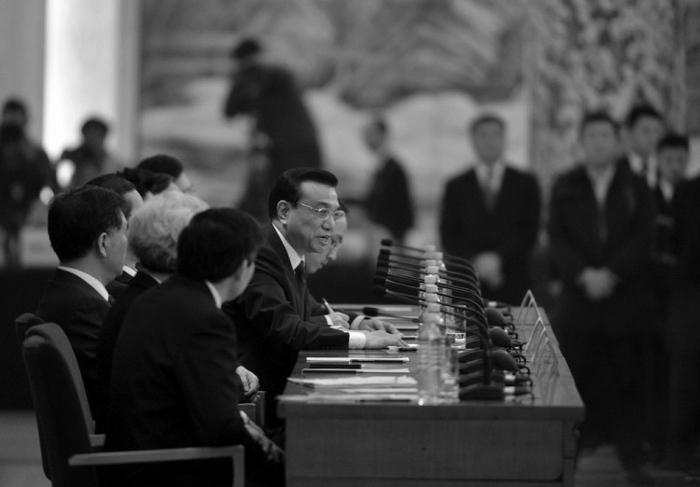 Noul premier chinez Li Keqiang răspunde la întrebările în timpul primei conferinţe de presă de după sesiunea de închidere a Congresul Naţional al Poporului, la Marea Sală a Poporului din Beijing, 17 martie, 2013.