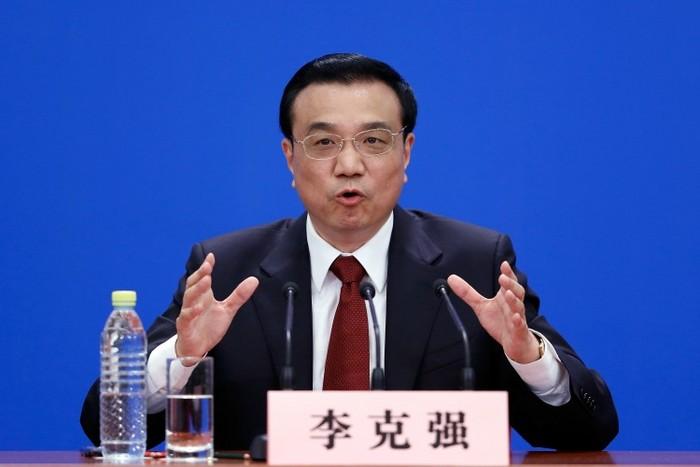 Premierul Chinei Li Keqiang vorbeşte la prima sa conferinţă de presă, în Marea Sală a Poporului din Beijing, la data de 17 martie. Li a făcut referire la importanţa constituţiei, acordând sprijin noii linii politice a lui Xi Jinping.
