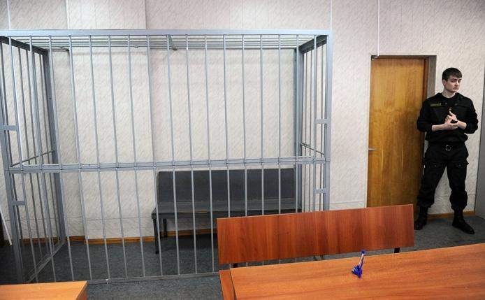Paznic lângă locul gol pe care ar fi trebuit să stea Serghei Magnitsky, decedat în închisoare în condiţii foarte suspecte. Rusia a redeschis cazul condamnării sale, arătând căt de corupt poate fi un sistem judiciar fost-comunist 27 martie 2013