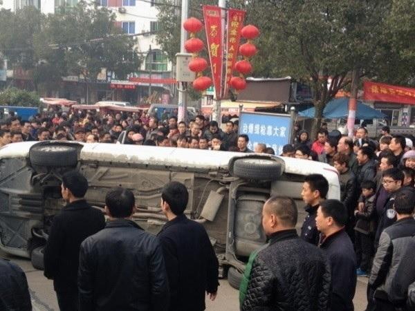 La 24 februarie, forţele de ordine urbane au bătut un motociclist lângă Parcul Triunghiului Datian, în oraşul Linhai, Zhejiang. Peste 1.000 de spectatori s-au înfuriat din cauza incidentului, iar unii dintre ei au răsturnat maşina de poliţie.