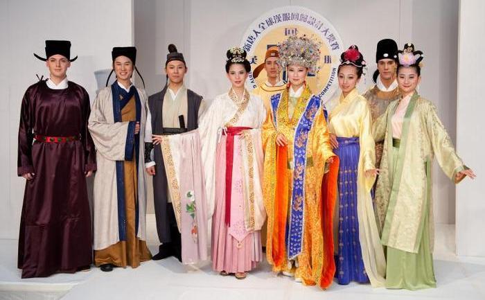 """Manechine prezintă costume tradiţionale, câştigătoare la a treia ediţie a Concursului Internaţional de design """"Han Couture"""" organizat de televiziunea NTD."""