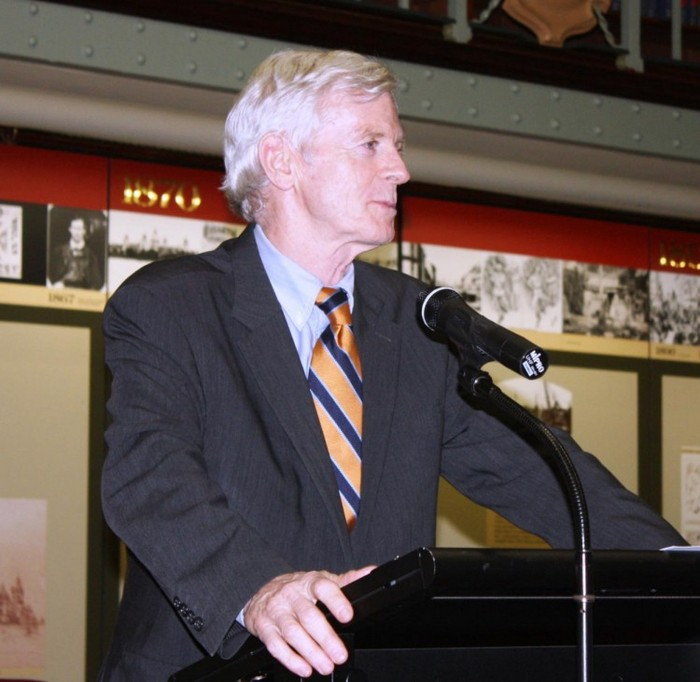 Parlamentarul David Kilgour vorbeşte în Parlamentul din Australia despre introducerea legislaţiei privind gestionarea turismului de organe, la 12 martie 2013.