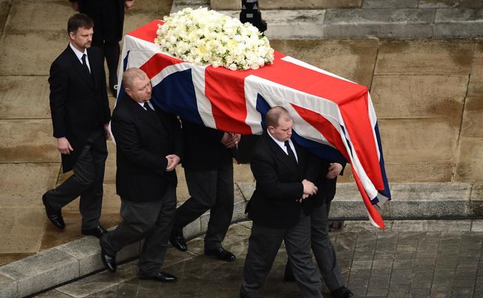 Coşciugul este transportat în timpul ceremoniei funerare a fostului premier britanic, baroneasa Margaret Thatcher, Londra 17 aprilie 2013.