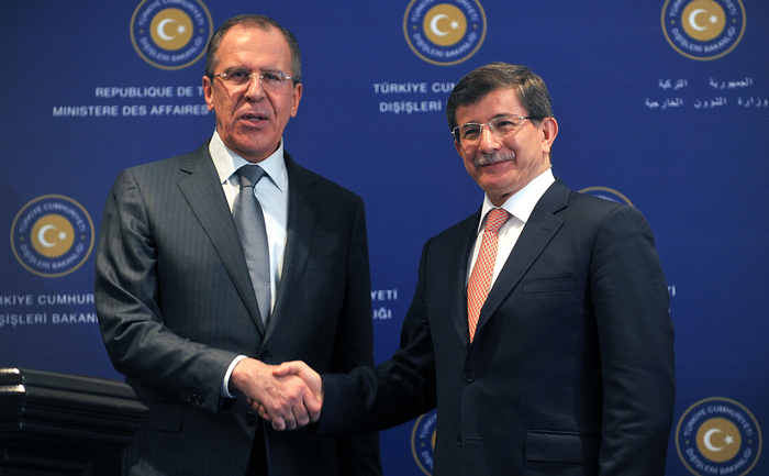 Ministrul afacerilor externe al Rusiei, Serghei Lavrov, şi omologul său turc, Ahmet Davutoglu.