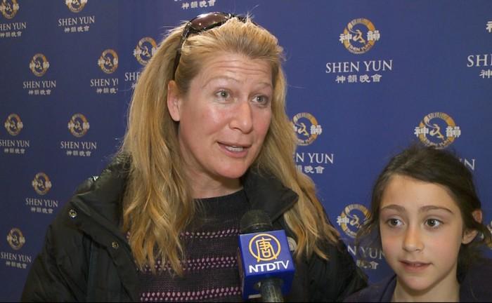 Dr. Lisa Miller participă la spectacolul Shen Yun Performing Arts la Centrul Lincoln din New Yorkîn 21 aprilie 2013.