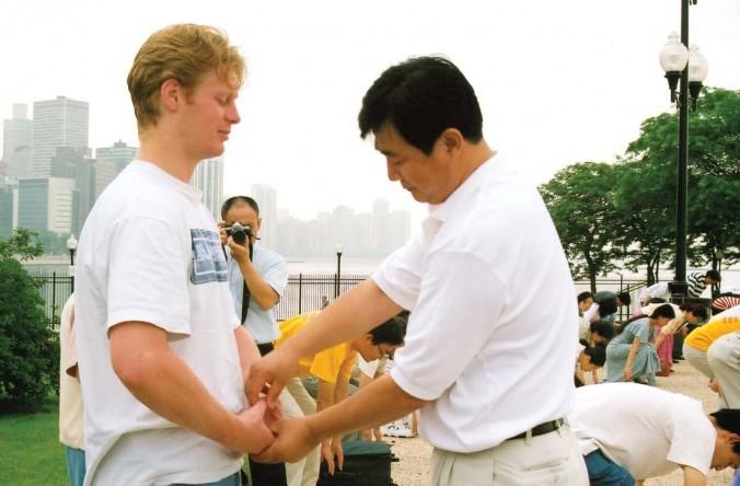 Maestrul practicii Falun Gong, domnul Li Hongzhi, corectează mişcările unui practicant Falun Gong