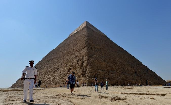 Turiştii se plimbă pe cămile pe lângă Piramida Khafre din Giza, la sud-vest de Cairo, 11 octombrie 2012.