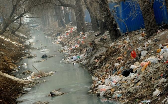 Gunoaie strânse pe malul unui canal poluat de la marginea Beijing-ului, 16 martie 2012.