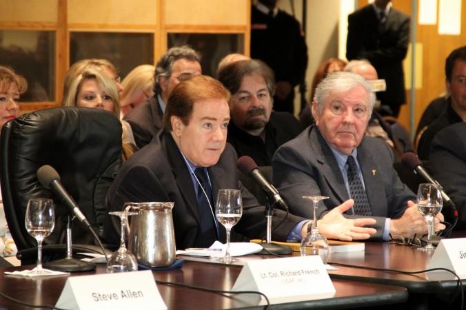 Capitanul Jim Courant, pilot la o companie aeriană, ia cuvântul în 3 mai 2013 în cadrul Citizen Hearing on Disclosure, un forum lung de o săptămână desfăşurat la Clubul Naţional de Presă în faţa a 6 membri ai Congresului şi ce a abordat tema OZN-urilor şi a întâlnirilor cu forme de viaţă extraterestre.