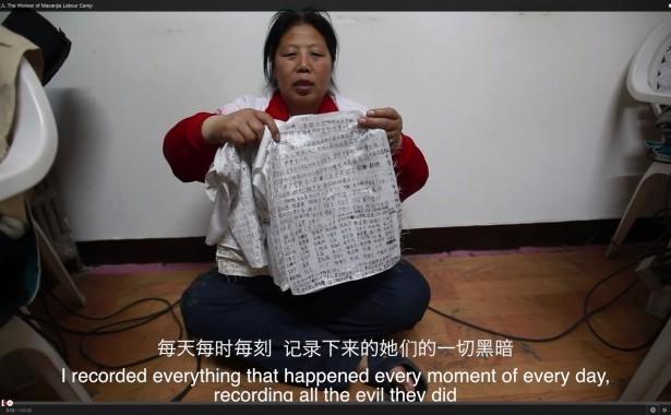 Liu Hua arată înspre camera de filmat un jurnal ce detaliază torturile şi abuzurile suferite şi pe care a reuşit să îl scoată din lagăr. Ea a spus că femeile scoteau astfel de jurnale ascunzându-le în locurile intime.