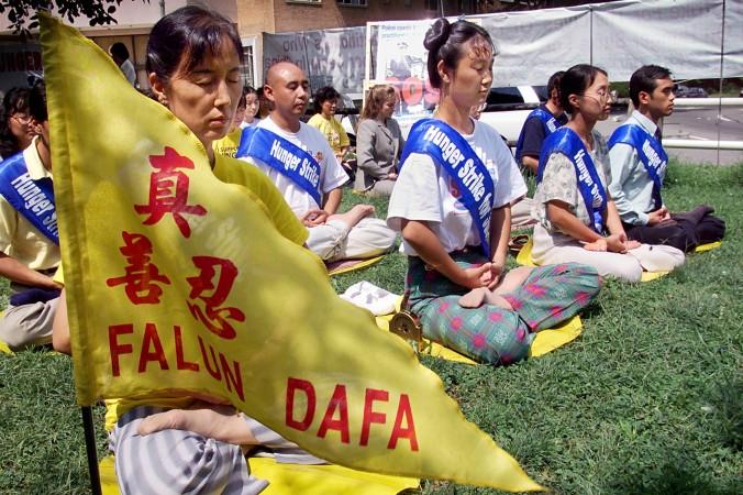 Practicanţii Falun Gong meditează în a patra zi a grevei foamei în faţa ambasadei Chinei din Washington, la 20 august 2001.