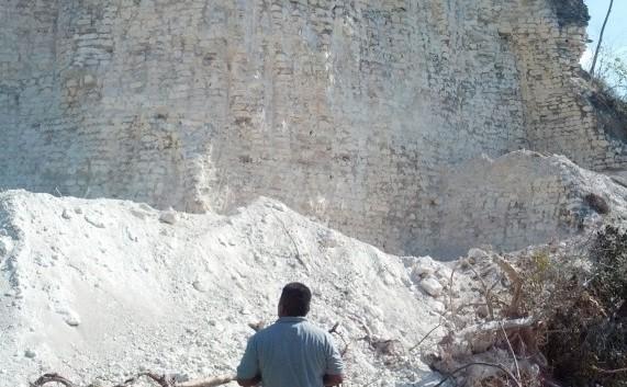 O companie de construcţii din Belize a distrus una dintre cele mai mari   piramide Maya cu buldozerele şi excavatoarele, pentru a extrage piatră   pentru construcţii de drumuri şi şosele, au declarat luni autorităţile.   Numai o mică parte din centrul piramidei a rămas neatinsă.