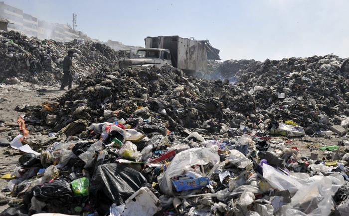 Un camion pentru gunoaie îşi aruncă încărcătura într-o groapă de gunoi situată în apropierea oraşului nordic sirian Aleppa, 15 octombrie 2012. Un nou studiu arată că milioane de oameni ce trăiesc în ţări aflate în curs de dezvoltare în apropierea gropilor de gunoaie toxice înfruntă un pericol sever pentru sănătatea fizică şi mentală