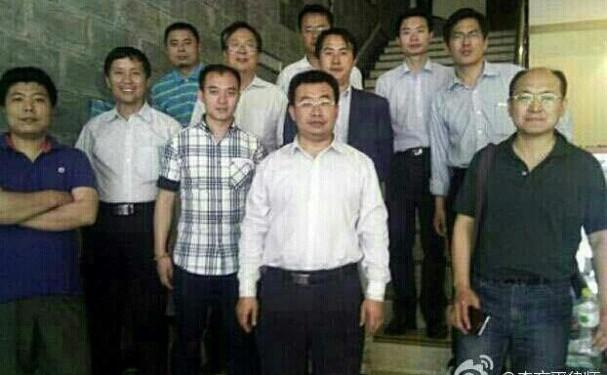 Cei unsprezece avocaţi au fost fotografiaţi după ce au fost arestaţi şi bătuţi în Sichuan la data de 13 şi 14 mai, după ce au vizitat un centru de spălare a creierului din Sichuan. De la stânga la dreapta: Wen Haibo, Tang Jitian, Wang Cheng, Tang  Tianhao, Liang Xiaojun, Jiang  Tianyong, Guo Haiyue, Li Heping, Zhang  Keke, Lin Qilei, Yang Huiwen.
