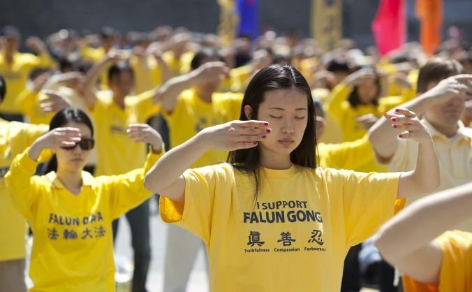 Practicanţii Falun Dafa demonstrează în Piaţa Foley din Manhattan exerciţiile lente ale practicii de Falun Dafa, 12 mai 2013.