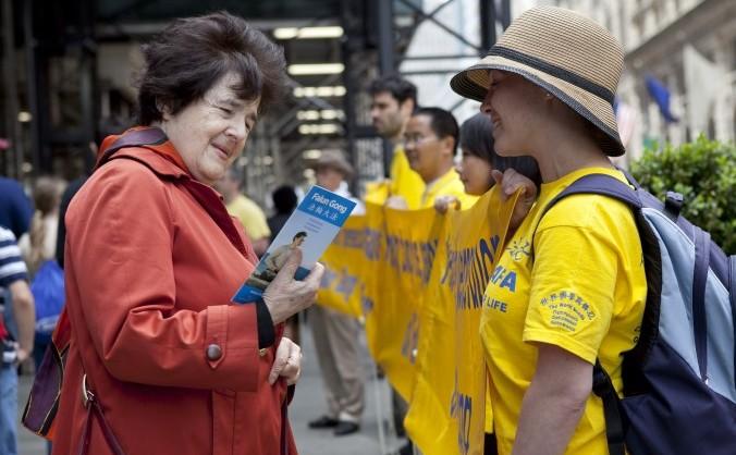 Practicanţi Falun Dafa formând un Perete al Adevărului în New York, pe  17 mai. Banerele fac apel pentru încetarea persecuţiei împotriva Falun  Dafa în China